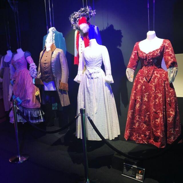 [CZ] Když se v Praze koná nějaká výstava šatů nebo kostýmů, můžete se vsadit, že mě tam potkáte. Tahle výstava je tedy o pohádkách Boženy Němcové, ale krásných kostýmů z pohádek jako Tři oříšky pro Popelku nebo Tři bratři tam najdete spoustu. A je super mít možnost si prohlédnout všechny ty krásné detaily 🤩. @vystavapohadek najdete ve 4. patře obchodního domu Kotva 😊. Díky @pisuprotozevino za to, že sdílela svojí návštěvu a já tak výstavu objevila. 🤗 ...  [EN] Any other sewists that jump at every opportunity to see a costume exhibition? This one has costumes from Czech fairytales and is on in Prague at the moment. Loved looking over all of the details 🤩. ...  #vystavapohadek #costumedesign #costumeexhibition #pohadkovekostymy #igersprague
