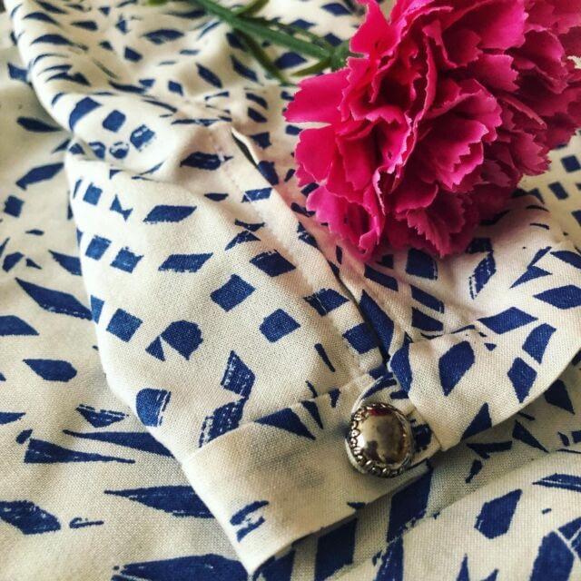 [EN] I love the details in the #SOIPussybowBlouse - the bow, obviously, and the slit at the sleeve which closed with a cute button loop. The button is from a stash I got from my friend's mum - it's full of treasures! … [CZ] Střih na blůzu s vázačkou od @sewoveritlondon má krásné detaily - samozřejmě tu krásnou mašli, ale i rozparek na rukávu, který se zapíná na knoflíček na očko ze stejné látky. Knoflíky mám ze zásob od kamarádčiny maminky, kde je spousta podobných pokladů.