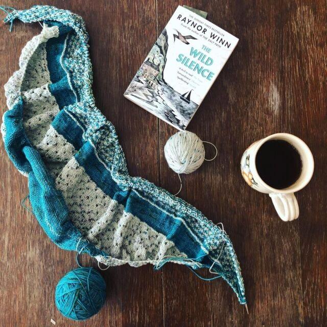 [CZ] Tohle pletení mi obstarávalo zábavu většinu srpnových večerů, ale nechtěla jsem vám to ukazovat, než doputuje hotový šátek ke své majitelce, která si už taky pořídila instagram. Tak abych ji nepřipravila o překvapení. Je to šátek Bloomington Morning shawl od @paperdaisycreations . Tenhle tvar jsem pletla poprvé, ale nebylo na tom nic těžkého, ani na tom vzoru.  Brzo vám ho ukážu celý, ale neodolala jsem vyfotit si ho rozpletený s knížku, ke které tak krásně ladí. Tu jsem teda rozečetla nakonec až tady v Málaze.  Pletla jsem z comfy merina od @martinslab  … [ENG] I spend many of my August evenings knitting this shawl for my friend's birthday. I couldn't show you at the time, because I didn't want to ruin the surprise. It's the #BloomingtonMorningShawl by Lisa K. Ross and it was a fun knit! It was my first time knitting a shawl of this shape, but it was quite easy, as was the very sophisticated-looking stitch pattern. I'll show you the finished shawl soon, but I couldn't resist taking this progress pic with a novel that goes so well with it. Though I've only just started reading it now in Málaga.