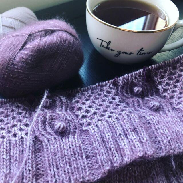 [ENG] Since I can't do any sewing here, I took some knitting with me and cast on the #DaydreamerSweater by @dreareneeknits that I've been lusting over for ages. It's a lot of firsts for me - first bottom-up sweater, first bobbles, first time knitting with mohair and two strands of yarn… and I'm kind of terrified of the rest of the construction. It's definitely a challenge, but it will be worth it in the end!  … [CZ] Když už tady nemůžu šít, vzala jsem si s sebou aspoň pletení a nahodila svetr Daydreamer od Andrey Mowry, po kterém jsem koukala už dlouho. Vyzkouším si na něm spoustu nových věcí. Je to můj první svetr pletený od spodu, první nopky, první pletení s mohérem a dvěma přízemi najednou. A zbytek konstrukce svetru mi poněkud nahání hrůzu. Je to zkrátka výzva, ale určitě se nakonec vyplatí.  Pletu z Arwetty a Tilie od @filcolana koupených zhruba půl napůl u @vlnenesestry a @woolpointcz podle toho kde co zrovna měli, protože jsem nakupovala trochu na poslední chvíli 😅. Ale oba jsou to moje oblíbené obchody, tak jsem aspoň podpořila oba naráz.