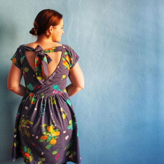 [EN] As promised, my #SOIMollyTop hacked into a wrap back dress is up on the blog. I describe in detail the alterations I made to the pattern, if you fancy having a go yourself. Let me know if you do 🤗.  The fabric is a gorgeous @artgalleryfabrics fruity jersey from my local fabric shop.  ...  [CZ] Jak jsem slíbila, na blogu je nový článek o tom, jak jsem upravila střih na tričko Molly od Sew Over It a vykouzlila z toho šaty se zavinováním a mašlí na zádech. Všechny úpravy jsou tam popsané, kdybyste to taky chtěli zkusit, tak dejte vědět, pokud se do toho pustíte. 🤗  Látka je měkoučký úplet od Art Gallery Fabric z @dumlatek.cz (kde ho na e-shopů mají zrovna ve slevě, kdybyste po něm toužili).